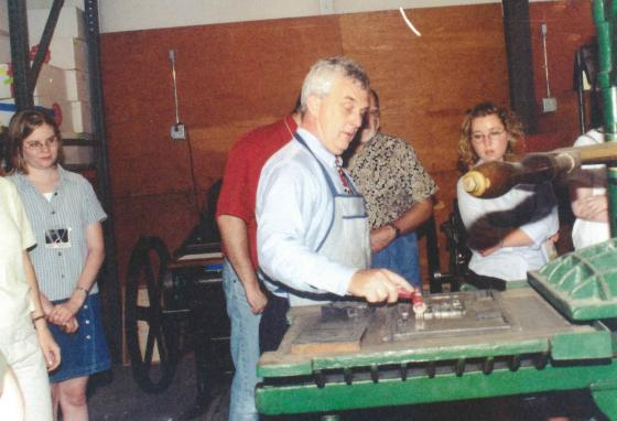 Joel Belz demonstrates the workings of an old printing press for World Journalism Institute students in 1999. (GWN Archive)