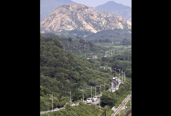 Buses carry South Koreans across the border to Diamond Mountain resort in North Korea. (AP)