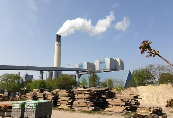 A chimney billows out steam at Berlin's Reuter thermal power station where salt-based heat storage equipment is being tried out. (AP)