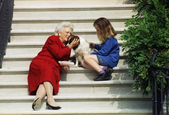 Former First Lady Barbara Bush, granddaughter Barbara, and Millie the dog wait on the steps of the White House for former President George H.W. Bush. (AP/Barry Thumma)